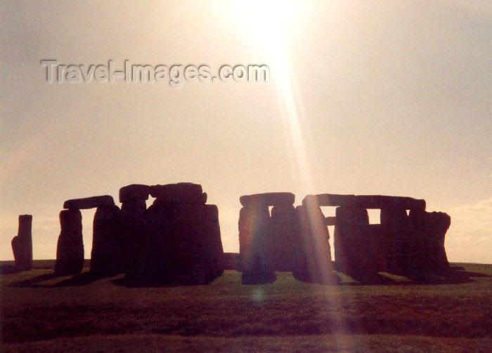 england83: Stonehenge (Wiltshire): a ray of light - silhouette of the stones - Megalithic Culture - photo by M.Torres - (c) Travel-Images.com - Stock Photography agency - Image Bank