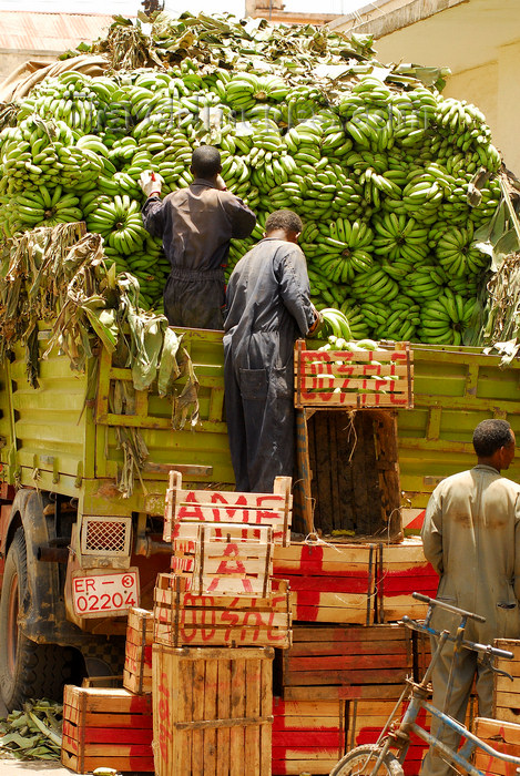 eritrea19: Eritrea - Asmara: unloading a banana truck in the market - photo by E.Petitalot - (c) Travel-Images.com - Stock Photography agency - Image Bank