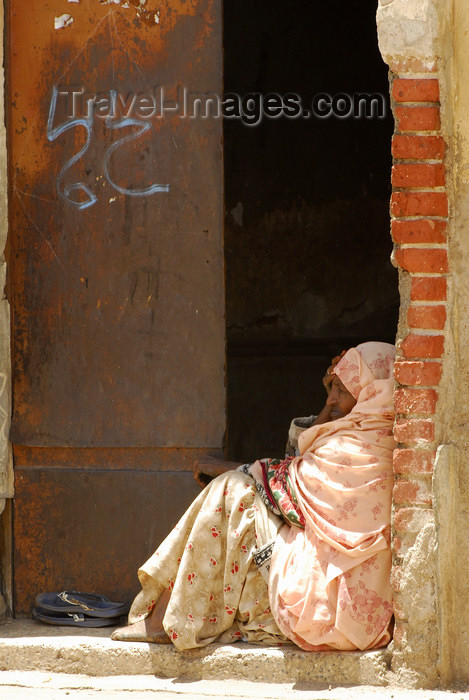 eritrea3: Eritrea - Asmara: a poor woman in a door frame - photo by E.Petitalot - (c) Travel-Images.com - Stock Photography agency - Image Bank