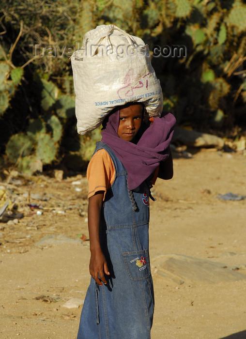eritrea36: Eritrea - Keren, Anseba region: girl carrying a large bag on her head - photo by E.Petitalot - (c) Travel-Images.com - Stock Photography agency - Image Bank