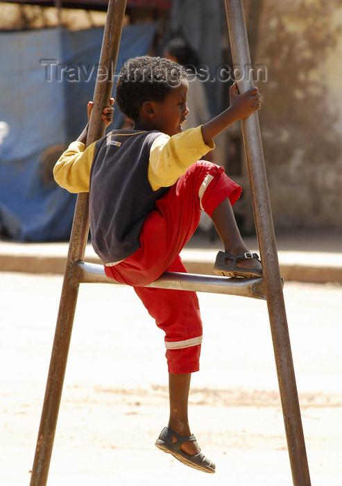 eritrea41: Eritrea - Keren, Anseba region: child sitting on an iron frame - photo by E.Petitalot - (c) Travel-Images.com - Stock Photography agency - Image Bank
