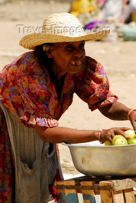 eritrea47: Eritrea - Keren, Anseba region: an old woman selling fruit at the market - photo by E.Petitalot - (c) Travel-Images.com - Stock Photography agency - Image Bank