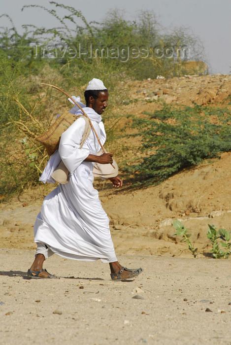 eritrea52: Eritrea - Hagaz, Anseba region - Tigrinya man walking in the desert - Tigray-Tigrinya people - photo by E.Petitalot - (c) Travel-Images.com - Stock Photography agency - Image Bank