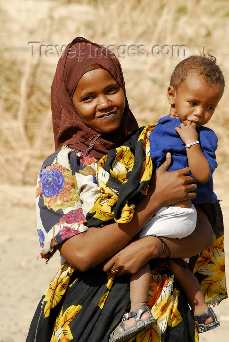 eritrea53: Eritrea - Hagaz, Anseba region - a mother with a toddler - photo by E.Petitalot - (c) Travel-Images.com - Stock Photography agency - Image Bank