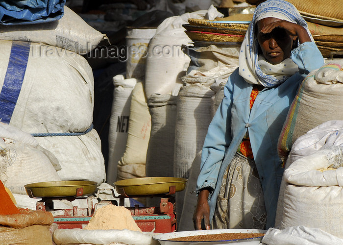 eritrea6: Eritrea - Asmara: a woman waiting for customers at the cereals market - weighing scale - photo by E.Petitalot - (c) Travel-Images.com - Stock Photography agency - Image Bank