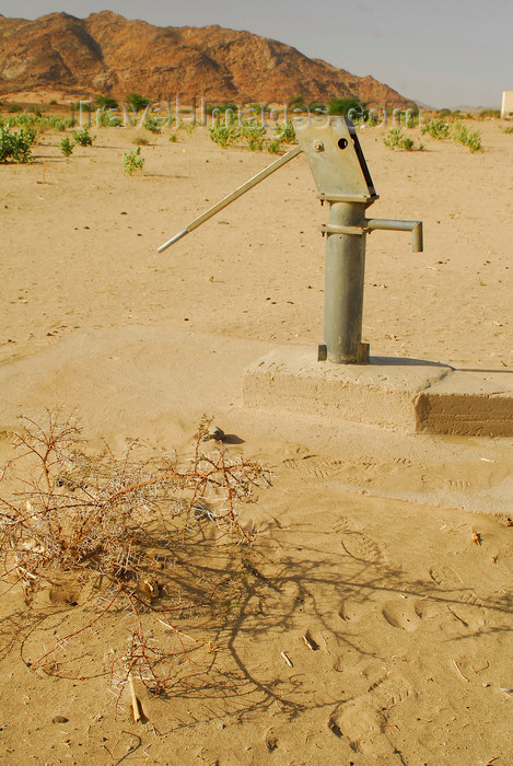 eritrea61: Eritrea - Hagaz, Anseba region - water pump in the desert  - photo by E.Petitalot - (c) Travel-Images.com - Stock Photography agency - Image Bank