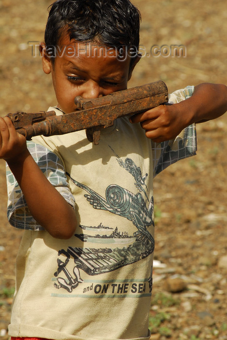 eritrea77: Eritrea - Mendefera, Southern region: aiming - a boy plays soldier with an old gun - photo by E.Petitalot - (c) Travel-Images.com - Stock Photography agency - Image Bank