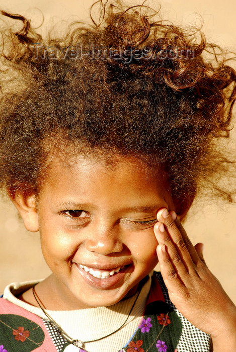 eritrea79: Eritrea - Mendefera, Southern region: a smilling girl - photo by E.Petitalot - (c) Travel-Images.com - Stock Photography agency - Image Bank