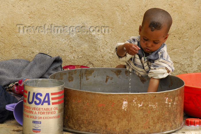eritrea81: Eritrea - Mendefera, Southern region: toddler playing with water - photo by E.Petitalot - (c) Travel-Images.com - Stock Photography agency - Image Bank