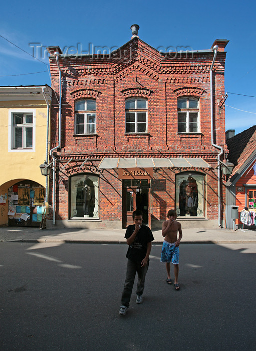 estonia142: Estonia - Pärnu: teenage smokers and brick façade - people - Baltic - photo by A.Dnieprowsky - (c) Travel-Images.com - Stock Photography agency - Image Bank