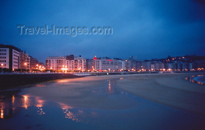eusk16: Basque Country / Pais Vasco / Euskadi - Donostia / San Sebastian - Hegoalde: Playa de la Concha at night - photo by M.Torres - (c) Travel-Images.com - Stock Photography agency - Image Bank