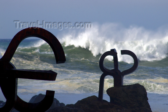 eusk43: Donostia-San Sebastián, Gipuzkoa province, Euskadi: comb of the wind sculptures, by Eduardo Chillida Juantegui - tall waves on a stormy day at La Concha bay - El peine del viento - Passeo de Eduardo Chillida - photo by J.Zurutuza - (c) Travel-Images.com - Stock Photography agency - Image Bank