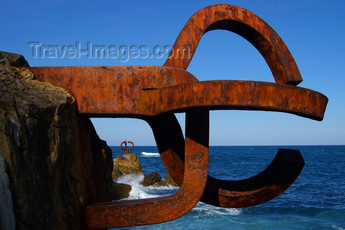 eusk50: Donostia-San Sebastián, Gipuzkoa province, Euskadi: comb of the wind sculptures and the Bay of Biscay - El peine del viento - Passeo de Eduardo Chillida - photo by J.Zurutuza - (c) Travel-Images.com - Stock Photography agency - Image Bank