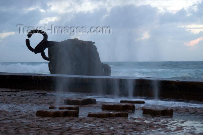 eusk55: Donostia-San Sebastián, Gipuzkoa province, Euskadi: blow holes on Passeo de Eduardo Chillida - comb of the wind sculptures and the Bay of Biscay - photo by J.Zurutuza - (c) Travel-Images.com - Stock Photography agency - Image Bank