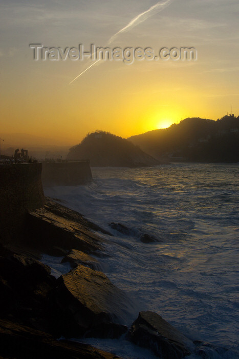 eusk57: Donostia-San Sebastián, Gipuzkoa province, Euskadi: sunset over Concha bay - Santa Clara island and Monte Igeldo - photo by J.Zurutuza - (c) Travel-Images.com - Stock Photography agency - Image Bank