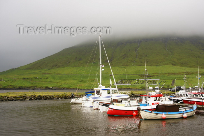 faeroe10: Norðragøta village, Eysturoy island, Faroes:  fishing boats in the harbour - fog on the hills - photo by A.Ferrari - (c) Travel-Images.com - Stock Photography agency - Image Bank