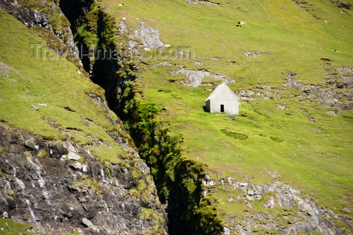 faeroe100: Vestmannasund sound, Streymoy island, Faroes: isolated house on a green slope - photo by A.Ferrari - (c) Travel-Images.com - Stock Photography agency - Image Bank