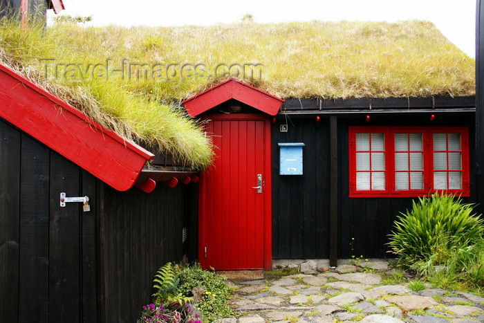 faeroe126: Tórshavn, Streymoy island, Faroes: cottage with turf roof in Tinganes - photo by A.Ferrari - (c) Travel-Images.com - Stock Photography agency - Image Bank