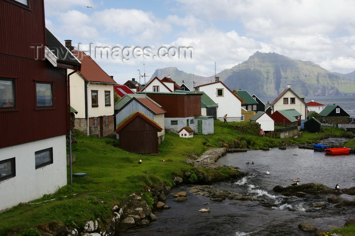 faeroe16: Gjógv village, Eysturoy island, Faroes: stream, houses and mountains - northeast tip of the island - Sunda Kommuna municipality - photo by A.Ferrari - (c) Travel-Images.com - Stock Photography agency - Image Bank