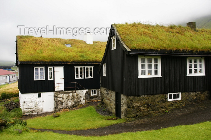 faeroe3: Norðragøta village, Eysturoy island, Faroes: houses with peat roof - the village is famous for Tróndur Gøtuskegg, of the Icelandic saga Faereyingasaga - Gøtu kommuna municipality - photo by A.Ferrari - (c) Travel-Images.com - Stock Photography agency - Image Bank