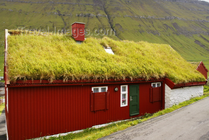 faeroe30: Elduvik village, Eysturoy island, Faroes: red Faroese house with grass roof - photo by A.Ferrari - (c) Travel-Images.com - Stock Photography agency - Image Bank