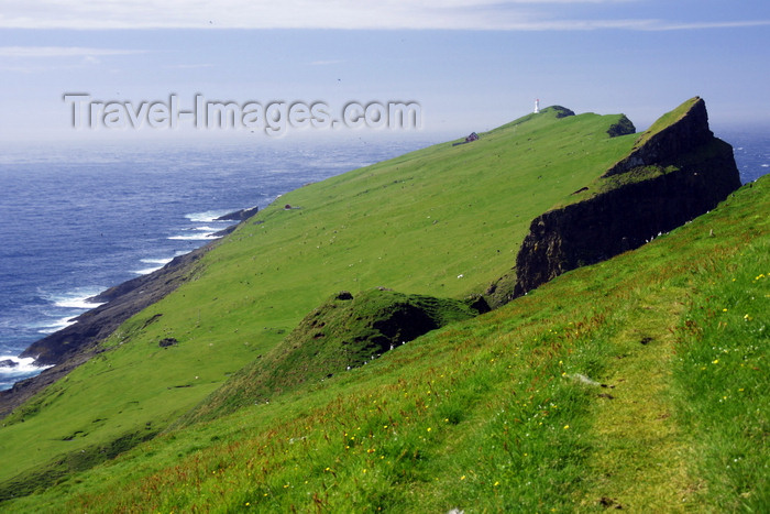 faeroe43: Mykinesholmur islet, Mykines island, Faroes: looking westwards - grass covered basalt - photo by A.Ferrari - (c) Travel-Images.com - Stock Photography agency - Image Bank