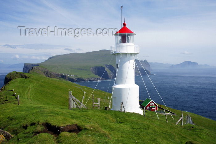 faeroe46: Mykinesholmur islet, Mykines island, Faroes: lighthouse at the western edge of Mykinesholmur - built in 1909, now automated -  it is switched off in the summer, due to the light nights on the Faroes - photo by A.Ferrari - (c) Travel-Images.com - Stock Photography agency - Image Bank