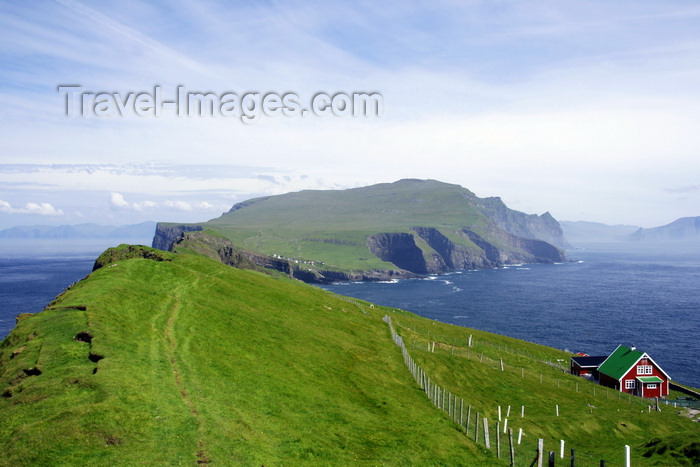 faeroe47: Mykinesholmur islet, Mykines island, Faroes: view over Mykines from the western edge of Mykinesholmur - the house on the left is the only one on the islet, built in 1920 for the lighthouse keeper - photo by A.Ferrari - (c) Travel-Images.com - Stock Photography agency - Image Bank
