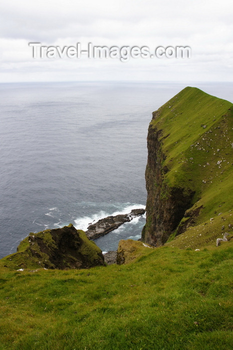 faeroe5: Kalsoy island, Norðoyar, Faroes: cliffs near the Kallur lighthouse - photo by A.Ferrari - (c) Travel-Images.com - Stock Photography agency - Image Bank