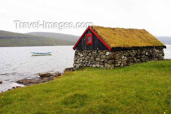 faeroe61: Sørvagsvatn lake, Vágar island, Faroes: small stone house with sod roof on the lake shore - torvtak - photo by A.Ferrari - (c) Travel-Images.com - Stock Photography agency - Image Bank