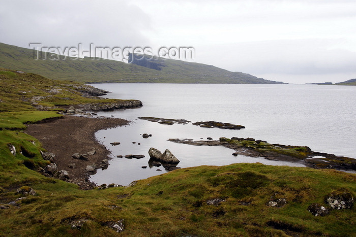 faeroe65: Sørvagsvatn, Vágar island, Faroes: the archipelago's largest lake - aka Leitisvatn - photo by A.Ferrari - (c) Travel-Images.com - Stock Photography agency - Image Bank