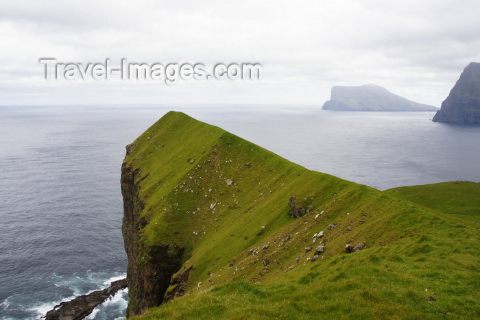 faeroe7: Kalsoy island, Norðoyar, Faroes: cliffs near the Kallur lighthouse - promontory - photo by A.Ferrari - (c) Travel-Images.com - Stock Photography agency - Image Bank
