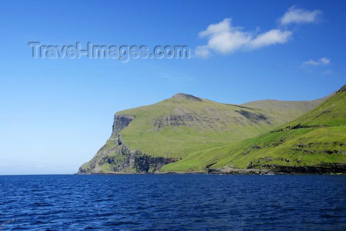 faeroe86: Vágar island, Faroes: coastal view - verdant hills near Gásadalur - photo by A.Ferrari - (c) Travel-Images.com - Stock Photography agency - Image Bank