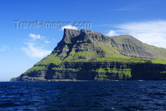 faeroe88: Vágar island, Faroes: Árnafjall is the highest mountain on the island of Vágar in the Faroe Islands - photo by A.Ferrari - (c) Travel-Images.com - Stock Photography agency - Image Bank
