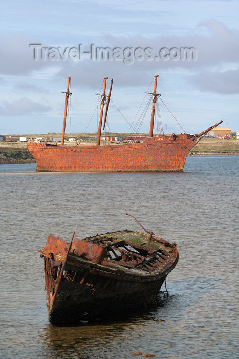 falkland4: Falkland islands / Ilhas Malvinas - Port Stanley: rusting wrecks - wreck of the Lady Elizabeth - iron ship, built in Sunderland in 1879 - Whalebone Cove (photo by C.Breschi) - (c) Travel-Images.com - Stock Photography agency - Image Bank