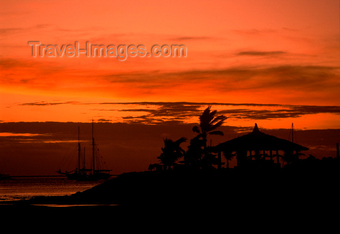 fiji4: Malolo Lailai island, Viti Levu, Fiji: red sky - sunset and schooner on the resort island of Malolo Lailai off the coast of Viti Levu - photo by C.Lovell - (c) Travel-Images.com - Stock Photography agency - Image Bank