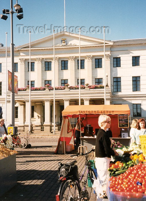 fin11: Finland / Suomi - Helsinki: shopping - Summer outdoor market (photo by Miguel Torres) - (c) Travel-Images.com - Stock Photography agency - Image Bank