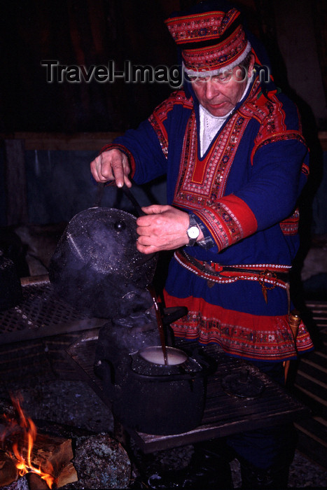 fin33: Finland - Lapland - Sami man in a kota tent preparing coffee - Arctic images by F.Rigaud - (c) Travel-Images.com - Stock Photography agency - Image Bank