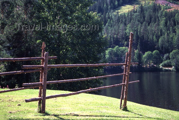 fin69: Finland - Tahko: Lake Syväri - fence (photo by F.Rigaud) - (c) Travel-Images.com - Stock Photography agency - Image Bank