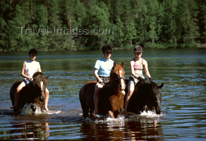 fin74: Finland - Tahko: horse riding on the lake (photo by F.Rigaud) - (c) Travel-Images.com - Stock Photography agency - Image Bank
