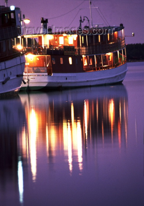 fin81: Finland - Kuopio (Ita-Suomen Laani): night on lake Kallavesi - boat reflection (photo by F.Rigaud) - (c) Travel-Images.com - Stock Photography agency - Image Bank