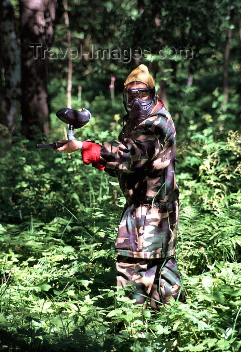 fin82: Finland - Kuopio (Ita-Suomen Laani): paint-ball in the forest - combat game (photo by F.Rigaud) - (c) Travel-Images.com - Stock Photography agency - Image Bank