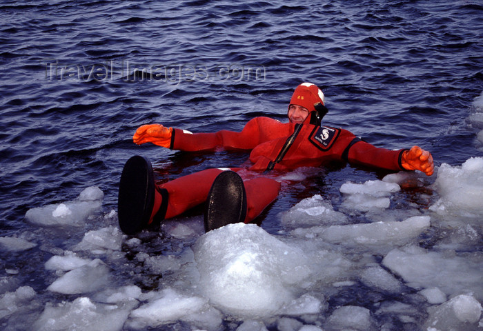fin93: Finland - Lapland - Kemi - Gulf of Bothnia - bathing in the freezing waters - Arctic images by F.Rigaud - (c) Travel-Images.com - Stock Photography agency - Image Bank