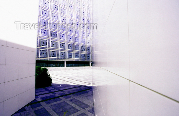 france1003: Paris, France: Institut du Monde Arabe (IMA), Arab World Institute - architect Jean Nouvel - moving geometric motifs of a modern Mashrabiya or Shanasheel - 5e arrondissement - photo by K.Gapys - (c) Travel-Images.com - Stock Photography agency - Image Bank
