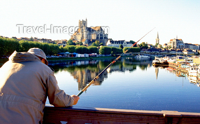 france1032: Auxerre, Yonne, Burgundy / Bourgogne, France: angler trying his luck on the river - view of the town from the Paul Bert bridge - Auxerre cathedral and Abbaye Saint-Germain d'Auxerre - photo by K.Gapys - (c) Travel-Images.com - Stock Photography agency - Image Bank