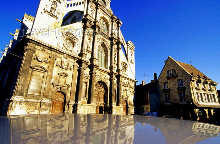 france1034: Auxerre, Yonne, Burgundy / Bourgogne, France: gable of Auxerre Cathedral - Cathédrale Saint-Étienne d'Auxerre - reflection on the roof of a car - photo by K.Gapys - (c) Travel-Images.com - Stock Photography agency - Image Bank