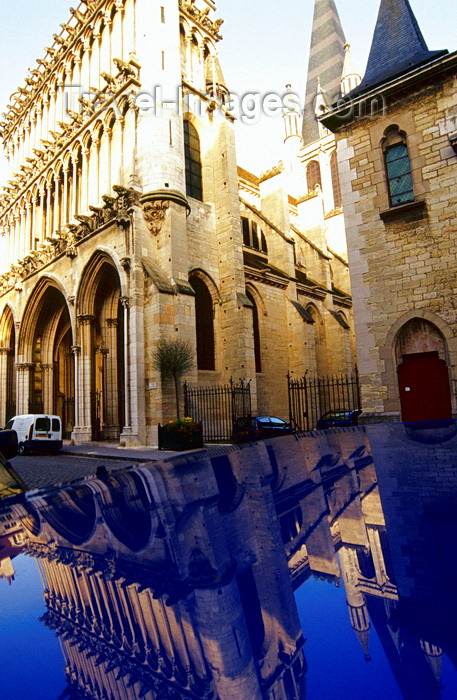 france1039: Dijon, Côte-d'Or, Burgundy / Bourgogne, France: church of Notre-Dame de Dijon reflected on a car - thin colonettes, dating from the second quarter of the thirteenth century - architect Viollet-le-Duc - photo by K.Gapys - (c) Travel-Images.com - Stock Photography agency - Image Bank