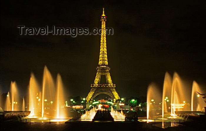 france1047: Paris, France: night shot of the Eiffel Tower and the fountains of the Palais de Chaillot and the Gardens of the Trocadéro - 7e and 16e arrondissements - photo by C.Lovell - (c) Travel-Images.com - Stock Photography agency - Image Bank