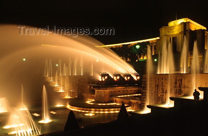 france1048: Paris, France: night shot of the fountains of the Palais de Chaillot and the Gardens of the Trocadéro - designed by Jean-Charles Alphand - 16e arrondissement - photo by C.Lovell - (c) Travel-Images.com - Stock Photography agency - Image Bank