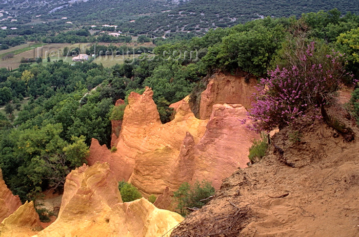 france1064: Roussillon, Vaucluse, PACA, France: the many hued cliffs of the former Ochre Quarries and the rolling hills of Roussillon - hoodoos in the Parc Naturel Régional du Luberon - photo by C.Lovell - (c) Travel-Images.com - Stock Photography agency - Image Bank